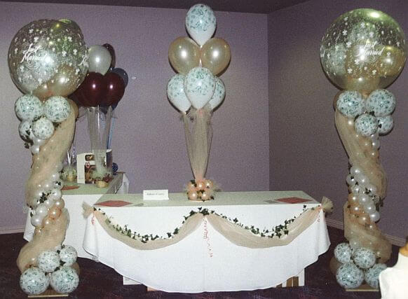 Beautiful head table decorations with balloons for Balloon decoration ideas for weddings
